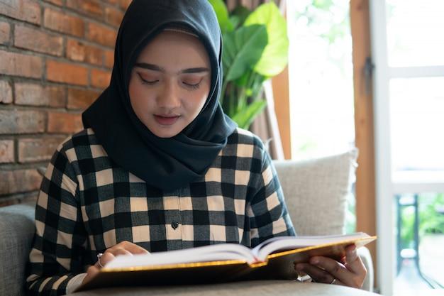 Donna musulmana che legge il corano