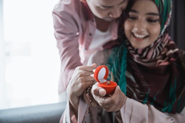 La donna musulmana sorpresa ottiene l'anello