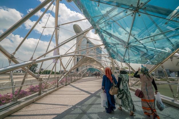 Donne musulmane sul ponte dell'elica in marina bay, singapore