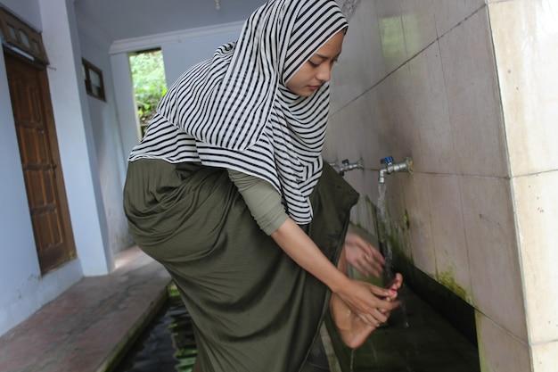 Le donne musulmane fanno le abluzioni