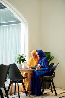 Donne musulmane che acquistano online