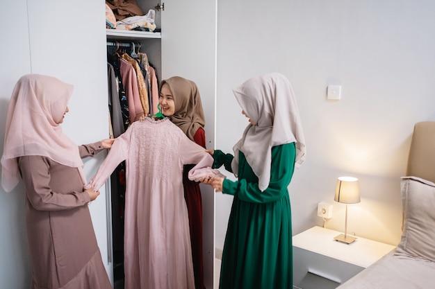 Le donne musulmane sfoggiano nuove vesti