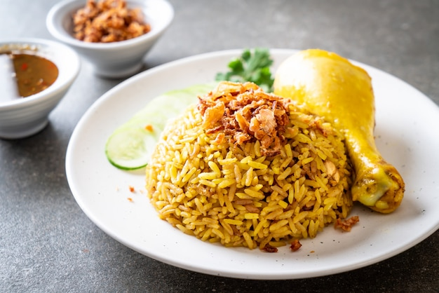 Riso giallo musulmano con pollo