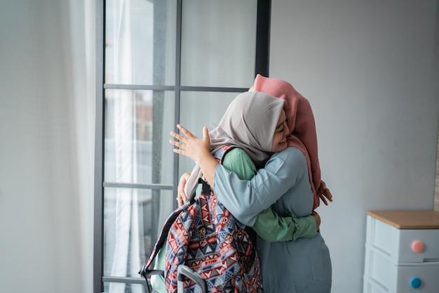 Giovane donna musulmana entusiasta di incontrare sua madre