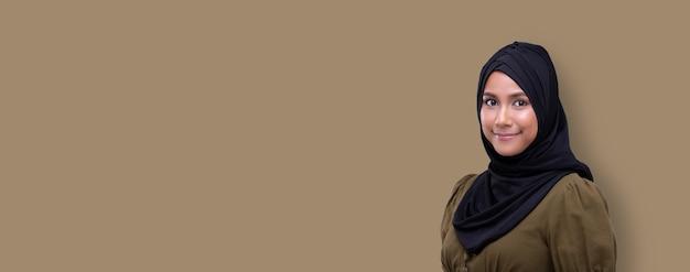 Giovane donna musulmana che indossa l'hijab nero sorridente
