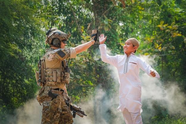 I musulmani nella regione meridionale di sono amici dei soldati che vanno per mantenere la pace