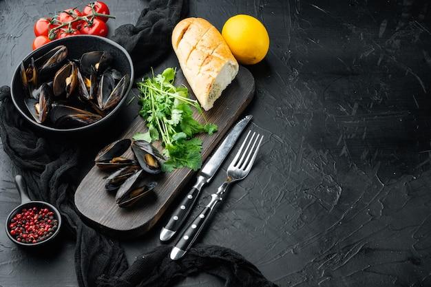 Cozze, molluschi, alghe, piante marine con set di spezie