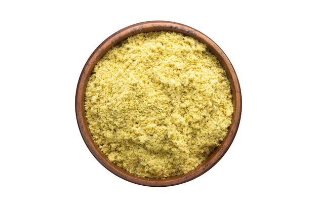 Spezia della polvere della senape in ciotola di legno, isolata su fondo bianco. vista dall'alto del condimento