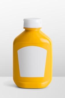 Senape in bottiglia di plastica gialla