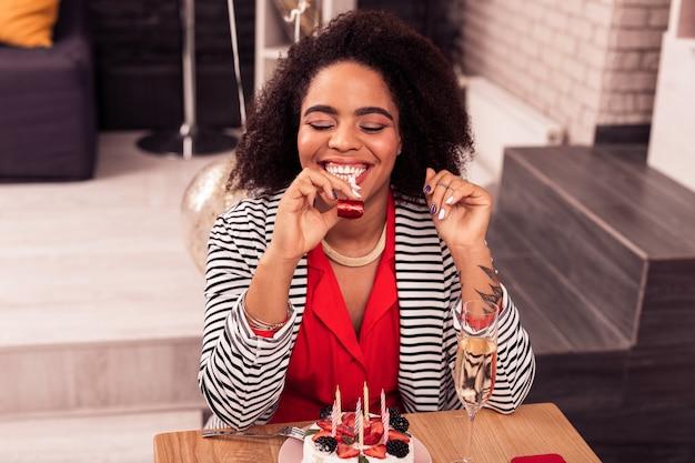 Il mio compleanno. bella donna attraente che sorride mentre celebra il suo giorno speciale