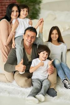 La mia famiglia è il mio tesoro ritratto della figlia adolescente della famiglia latina e dei ragazzini sorridenti