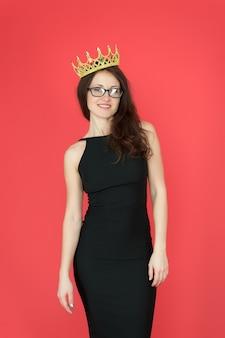 Il mio regno. superiorità ed eccellenza. fondo rosso della regina della donna. corona di usura della ragazza sexy. concetto di grande capo. ambizioso e di successo. gloria e trionfo. successo negli affari. accessorio di moda di lusso.