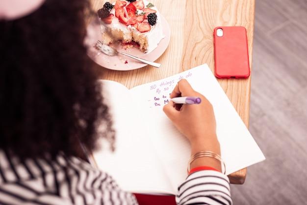 I miei piani. vista dall'alto di una lista di cose da fare scritta da una donna simpatica e simpatica