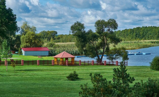 Myadzyel resort città nella regione di minsk in belarus.embankment lago myastro