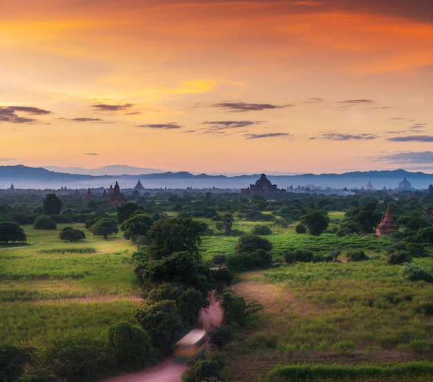 Sito storico di myanmar bagan su un magico tramonto