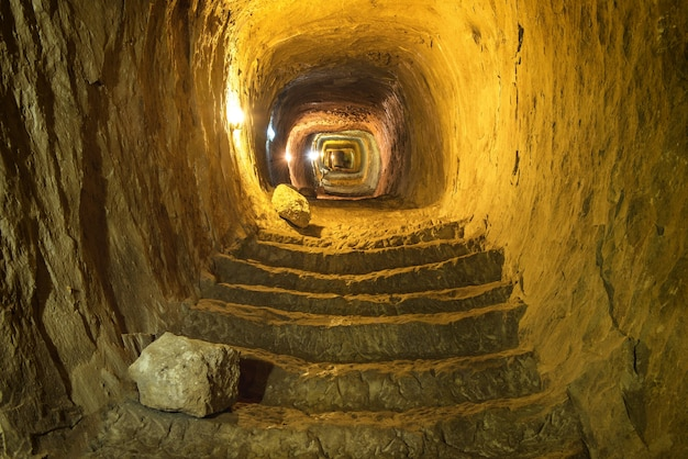 Misterioso dungeon- tunnel con pareti di pietra