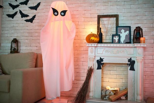 Camera misteriosa con decorazioni di halloween