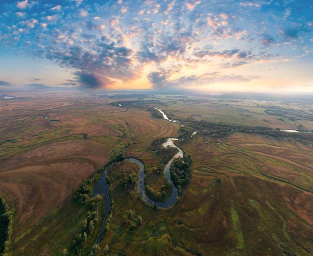 Mistico fiume mattutino, i raggi del sole brillano attraverso la nebbia.