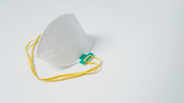 La maschera n 95 è isolata su sfondo bianco.