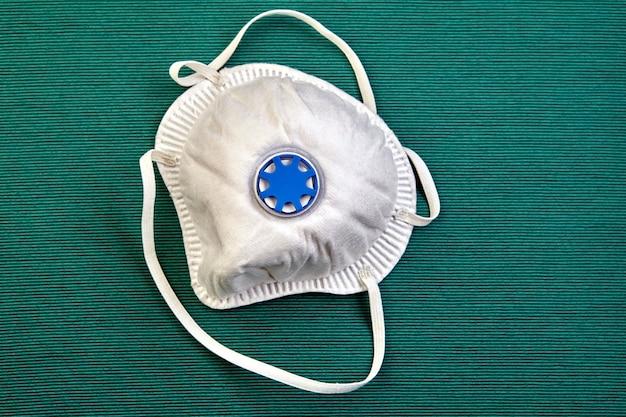 Il respiratore n95 e la maschera chirurgica o la maschera facciale vengono utilizzati come dispositivi di protezione individuale contro la malattia da coronavirus o covid-19 utilizzati per proteggere chi lo indossa dalle particelle sospese nell'aria che contaminano il viso.