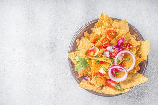 Chips di nachos con vari tuffi, spuntino messicano tradizionale sulla piastra