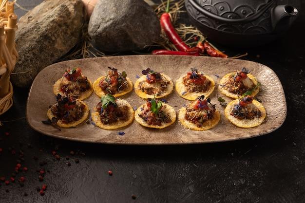Nachos - un piatto messicano piccante a base di patatine e carne marinata con spezie