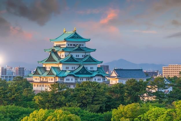 Castello di nagoya e skyline della città in giappone al bellissimo tramonto