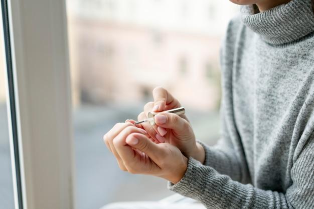 Processo di manicure per la cura delle unghie