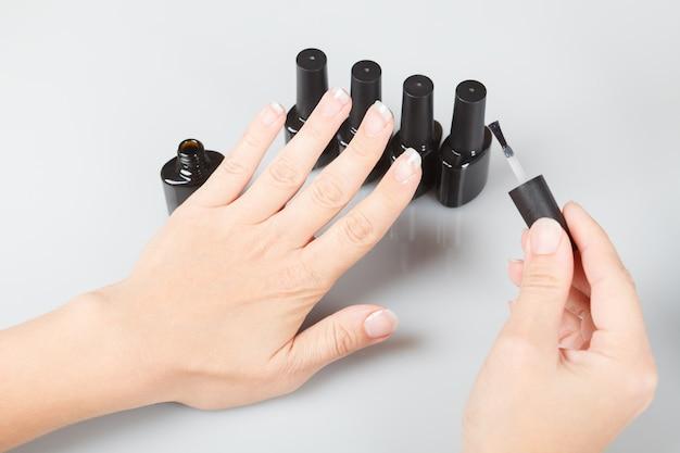 Cura delle unghie. unghie laccate su grigio