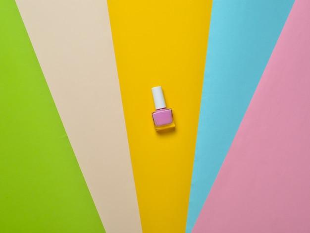Bottiglia di smalto su carta colorata