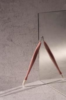 Strumento per unghie e disposizione dello specchio