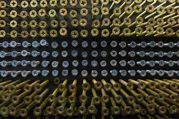 Primo piano delle unghie in un negozio di ferramenta.