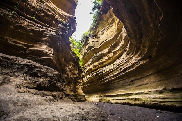 Canyon del parco nazionale di naivasha hells gate pieno di animali. kenya walking o bike safari