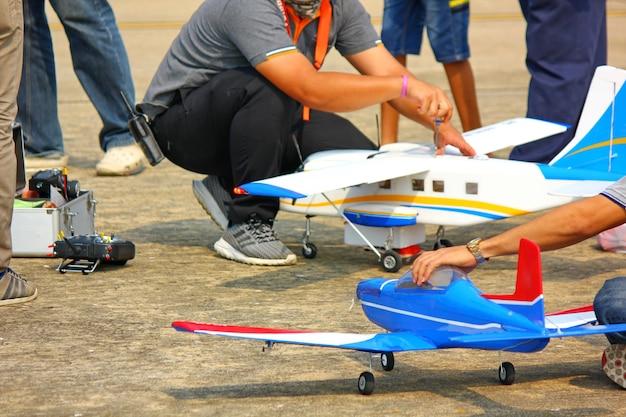 Nakornpathom,thailandia-12 gennaio ;2019:il giorno dei bambini tailandesi ha un aereo di controllo radiofonico e uno spettacolo di elicotteri presso la base aerea di kamphaeng saen