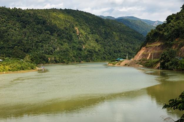 Nam na river il fiume di montagna in vietnam