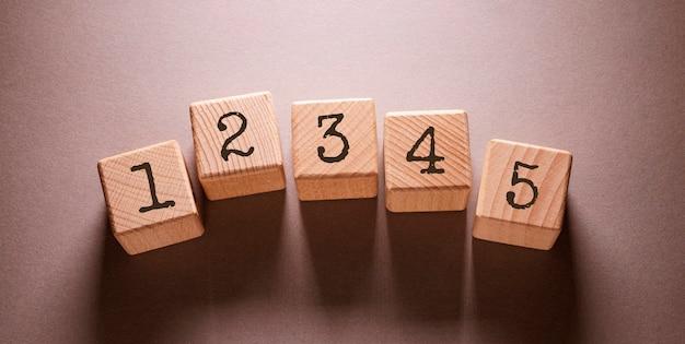 Parola di nomi scritta su cubi di legno