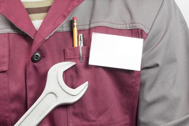 Targhetta con il nome su uniforme e chiave inglese
