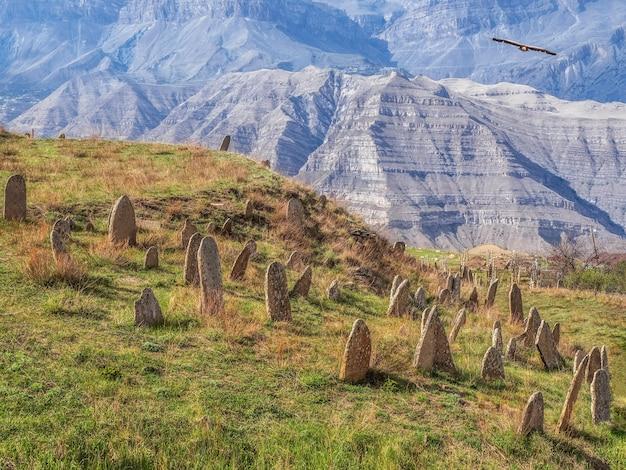Lapidi di pietra senza nome sul fianco della montagna. lapidi in pietra. daghestan.