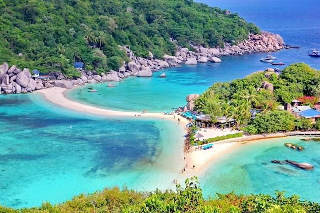 L'isola di nang yuan vicino a koh tao a suratthani è famosa per la visita turistica thailand.dive, scuba.snorkeling nel bellissimo mare e sullo sfondo della nuvola bianca del cielo blu.