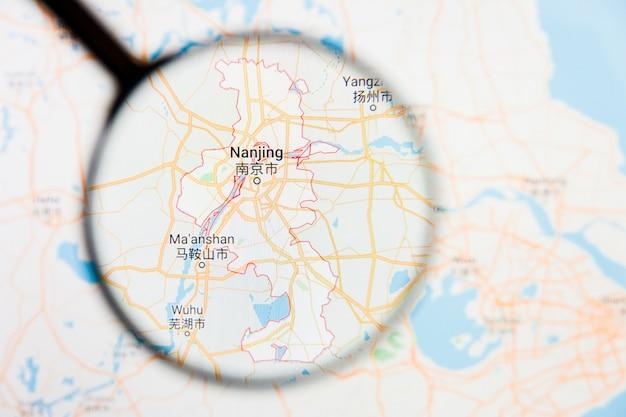 Concetto illustrativo di visualizzazione della città di nanchino, cina sullo schermo di visualizzazione tramite la lente d'ingrandimento