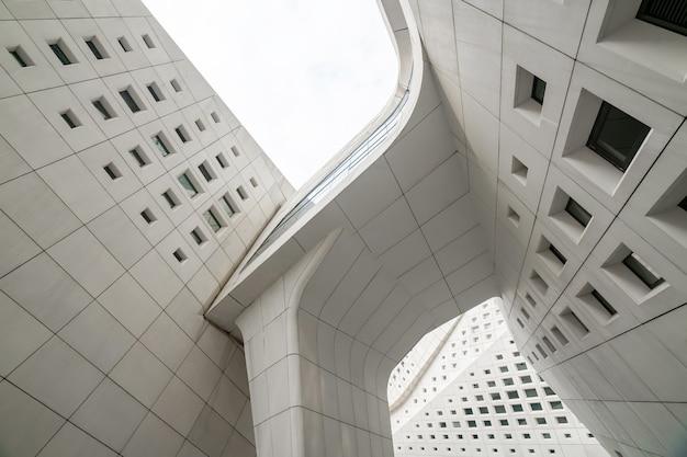 Nanchino, jiangsu, cina-25 settembre 2020: caratteristiche architettoniche del centro culturale internazionale della gioventù di nanchino