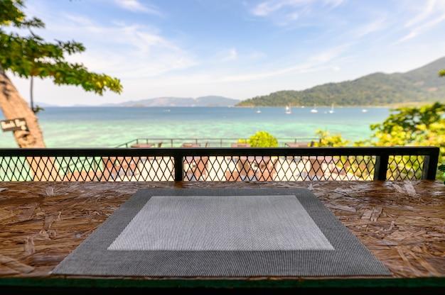 Napery sul bancone in legno con vista mare