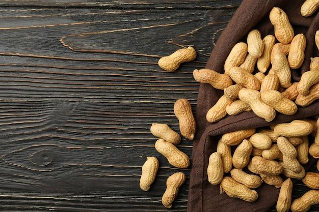 Tovagliolo con arachidi su sfondo di legno, vista dall'alto