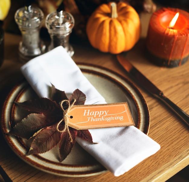 Tovagliolo con un'etichetta del ringraziamento sul tavolo