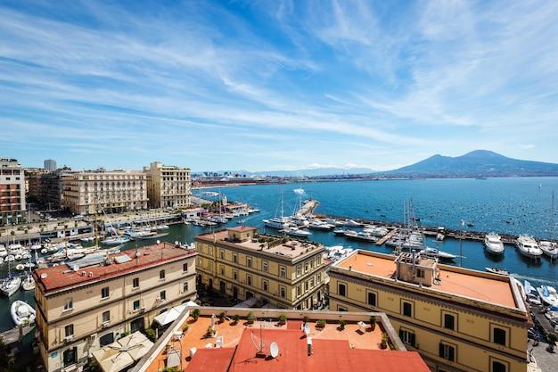 Napoli, campania, italia. vista sulla baia, sul mare e sul vulcano vesuvio