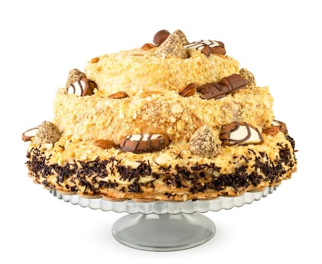 Torta napoleonica cosparsa di cioccolatini sul supporto