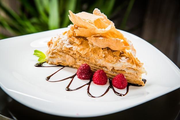 Torta napoleone con glassa al caramello