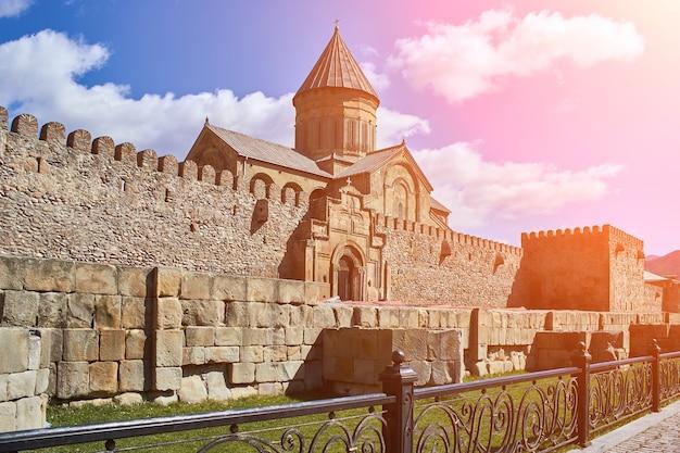 Castello di narikala a tbilisi, georgia, bagliore del sole
