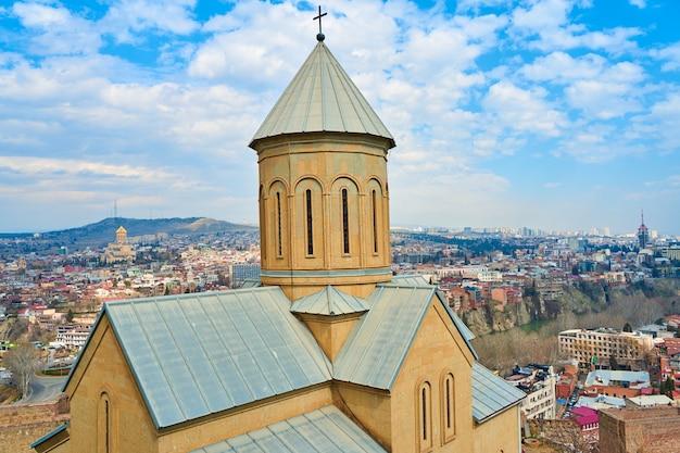 La chiesa di narikala è un'antica fortezza che domina il panorama di tbilisi.