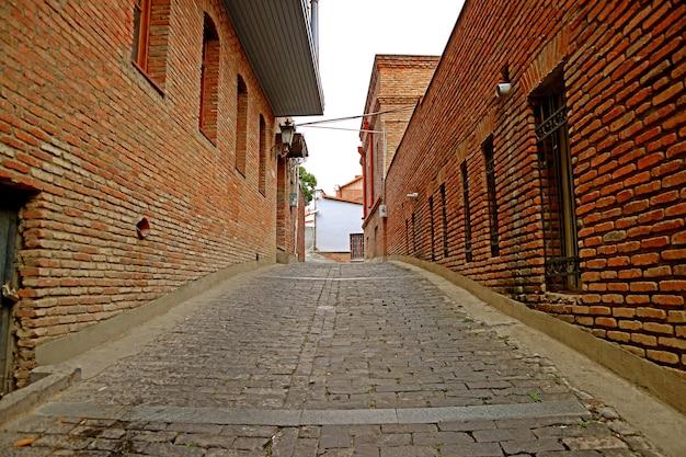 Vicolo stretto con edifici in muratura nella città vecchia di tbilisi, georgia